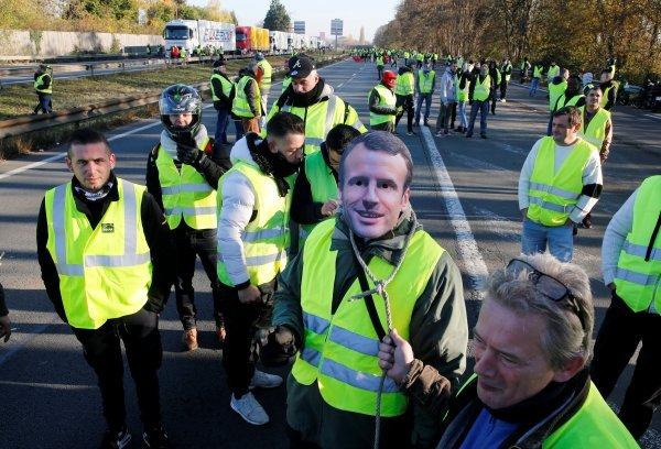 Fransız eylemciler davul zurna ile oynadı
