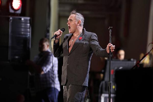 Tacizcileri savunan şarkıcıya eleştiri yağmuru