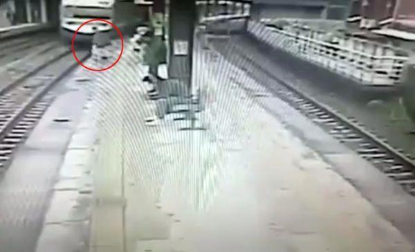 Tayvan'da trene binmek için acele eden kişi yaşamını yitirdi