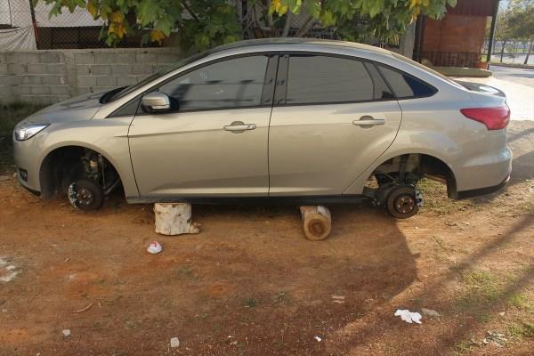 Adana'da park edilen otomobilin lastikleri çalındı