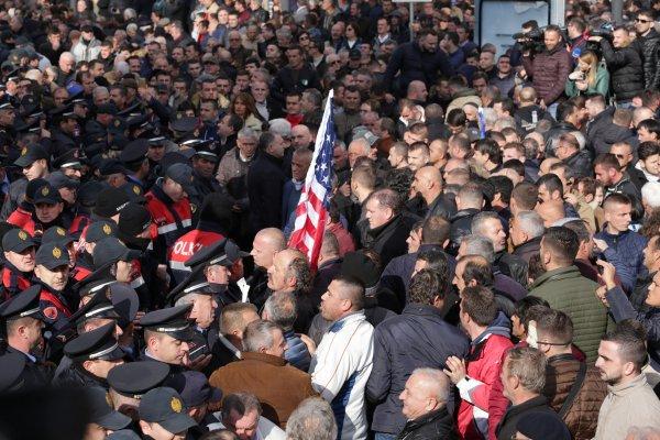 Arnavutluk meclisine sis bombası atıldı