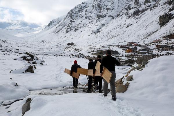 Rizeli köylülerin tahtalı kayak eğlencesi