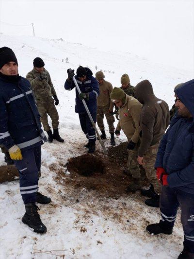 Turkish soldiers help villagers remain without electricity