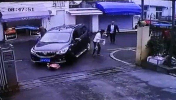 Çin'de otoparka giren araba 3 yaşındaki kızı ezdi