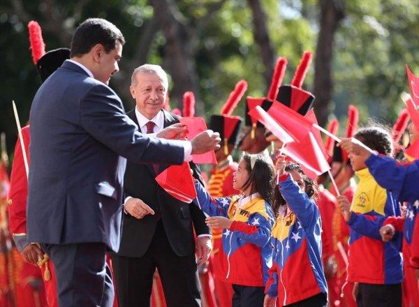 Maduro yere düşen Türk bayrağını kaldırdı