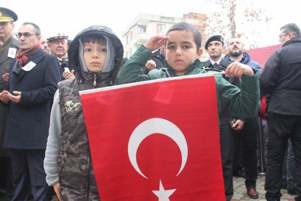 Şehidin son yolculuğunda küçük çocuklardan asker selamı