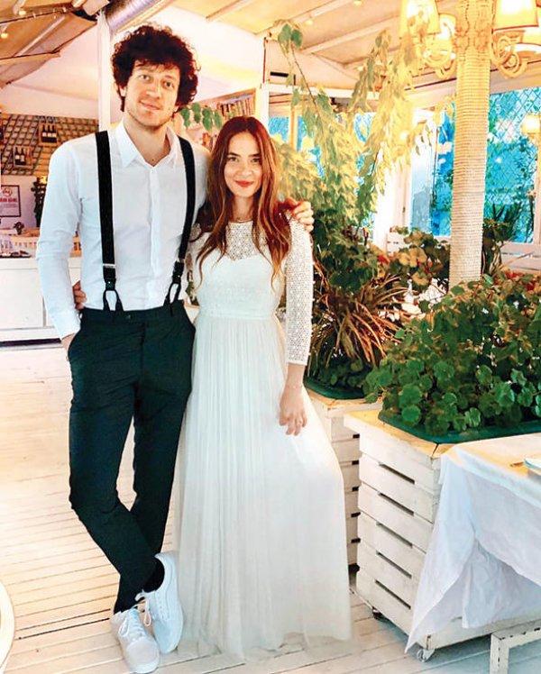 Müge Boz ile Caner Erdeniz nişanlandı