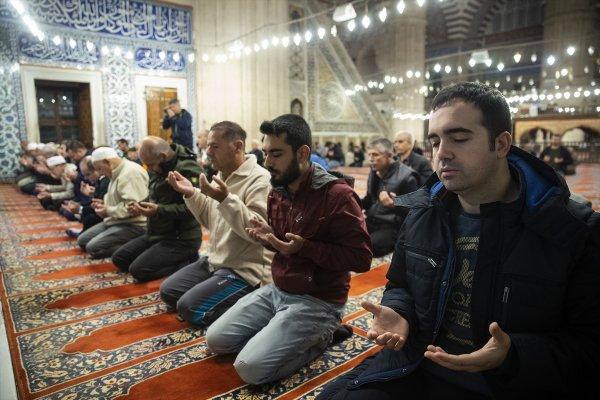 Camilerde Fetih Suresi okundu, dualar edildi