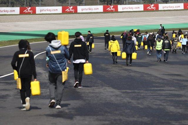 Afrika insanıyla empati kurmak için yürüyerek bidonla su taşıdılar #8