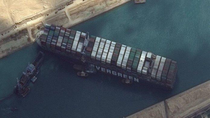 Süveyş Kanalı nda sıkışan yük gemisindeki mürettebatın sevinç anları #4