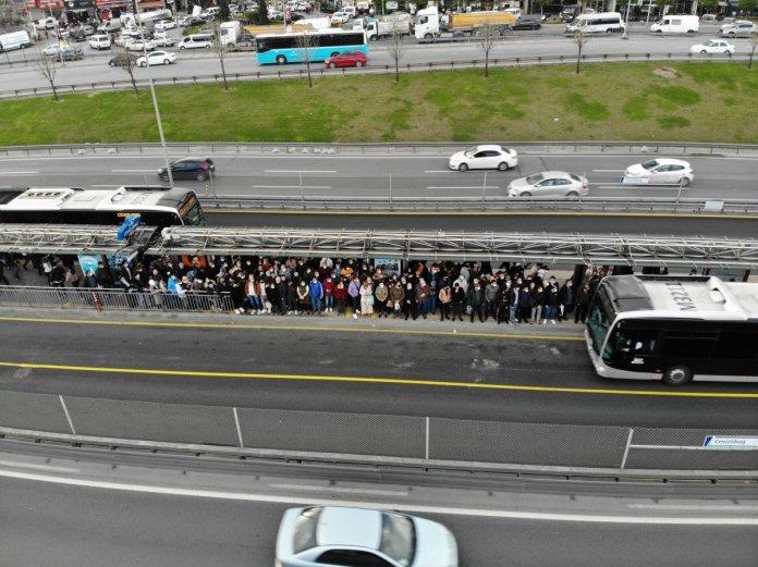 İstanbul'da metrobüs duraklarında dikkat çeken yoğunluk #2
