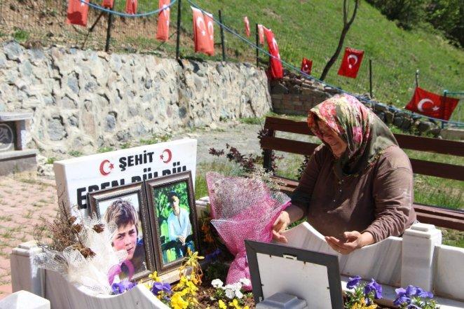 Eren Bülbül ün annesi bayramı buruk geçiriyor: Evlatsız nasıl olur? #1
