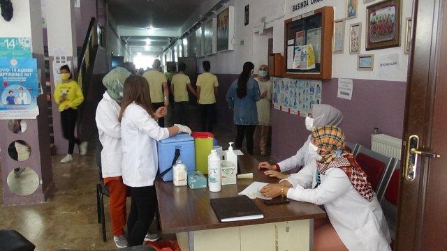 Diyarbakır'da öğrenciler aşı olmak için sıraya girdi #1