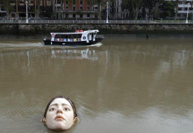 İspanya'da 'boğulan kadın heykeli' görenleri korkuttu #1