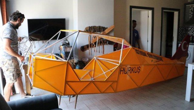Denizli de evinde uçak gövdesi yaparak, balkonundan aşağıya indirdi #2