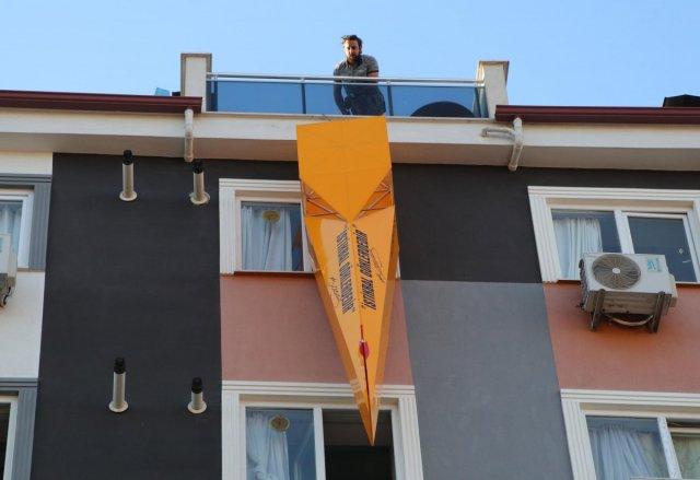 Denizli de evinde uçak gövdesi yaparak, balkonundan aşağıya indirdi #3