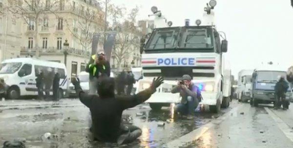 Paris eylemlerinin Duran Kadın'ı