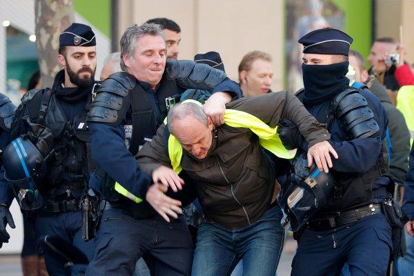 Fransız polisi göstericilere şiddet uyguluyor