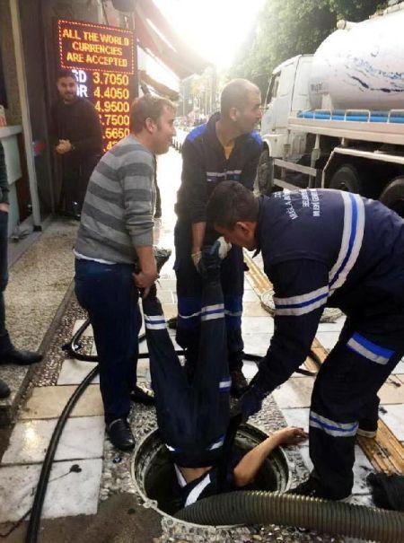 Bodrum'da tıkanan rögara işçilerden ilginç müdahele