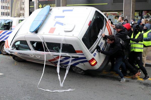 Belçika'da göstericiler polis arabası devirdi