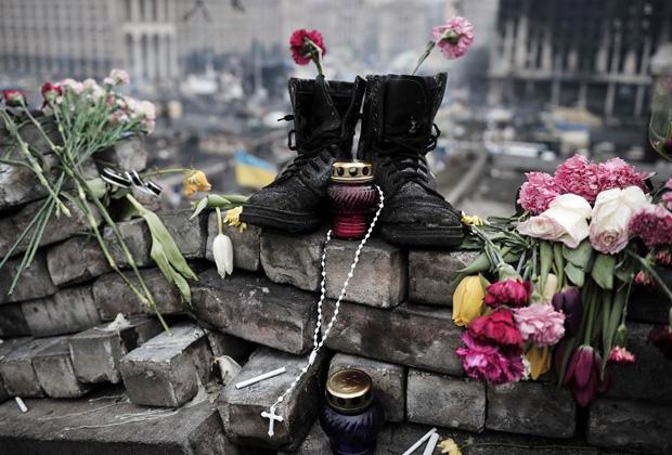 Импровизированный мемориал «Небесной сотне» на улице Институтской, Киев, 28 февраля 2014 года