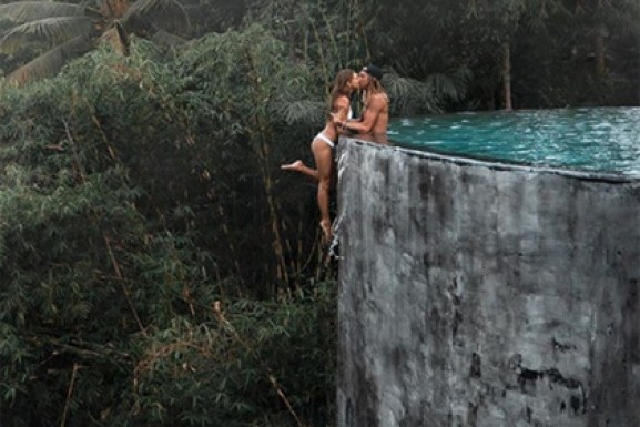 Девушка повисла на краю пропасти ради красивого фото в Instagram