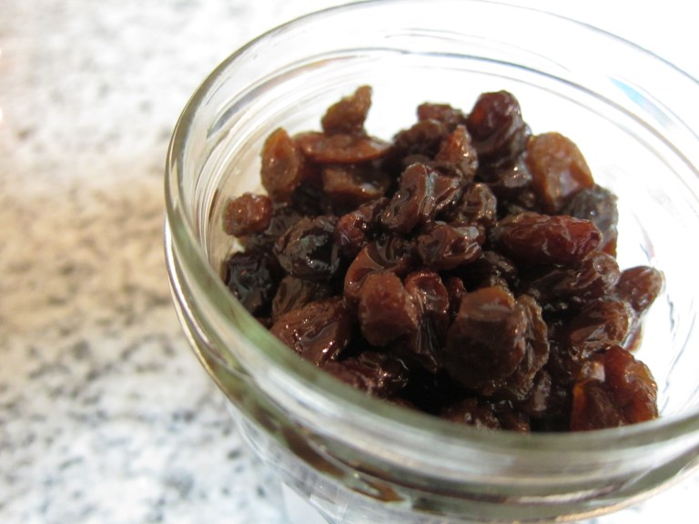 Plumping raisins with rum