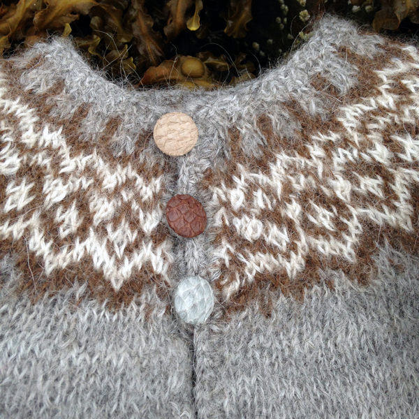 Gilipeysa grey with fish skin buttons