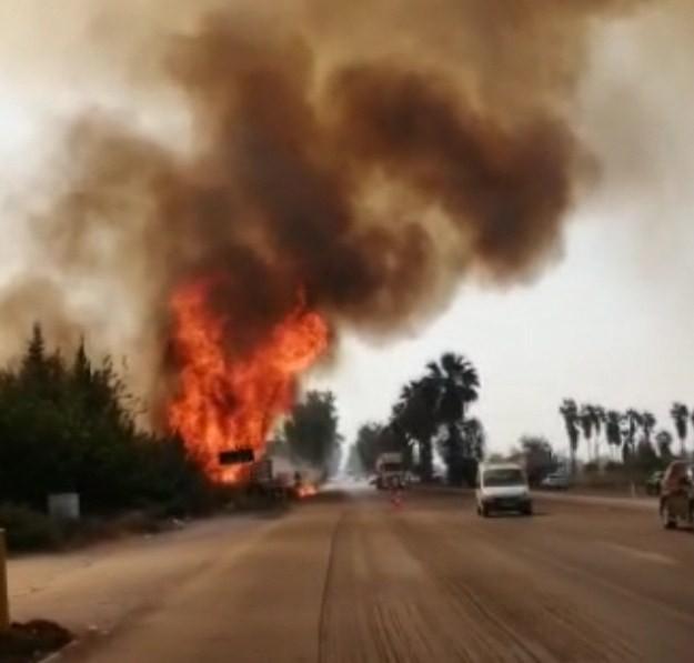 Yangın, Adana-Mersin'in trafik akışını kesti