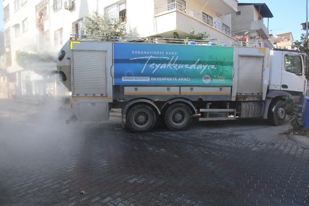Akdeniz ilçesinde sokaklar yasak süresince dezenfekte edildi