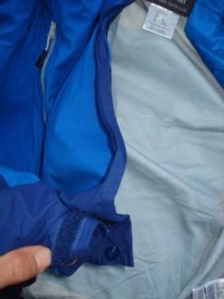 Klettverschluss von Ärmel klebt immer wieder an Jacke