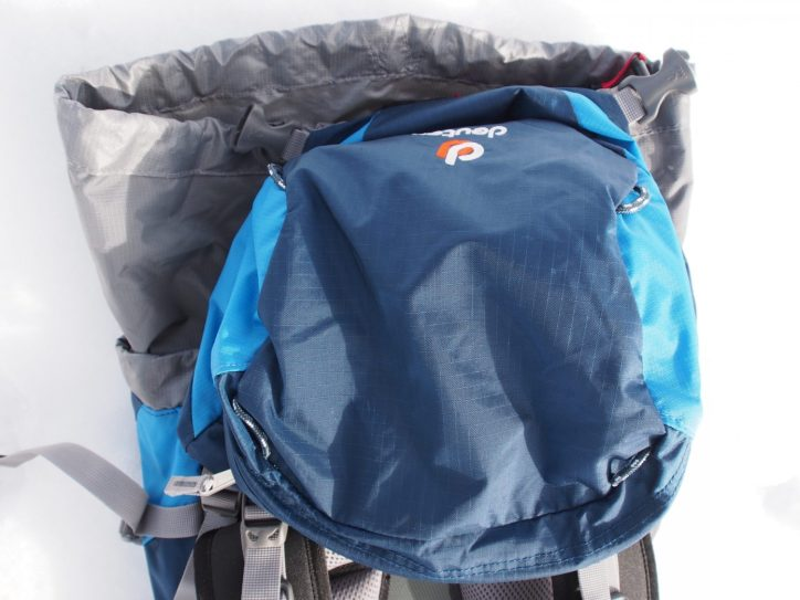 Die Deckeltasche quietsch wie Papier, ist aber robust
