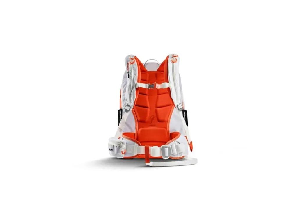- Auslösegriff mit integrierter Partnerauslösung ist höhenverstellbar und kann für Linkshänder auch am rechten Schultergurt angebracht werden. In der Off-Position kann er im Schultergurt verstaut werden - Der Brustgurt ist höhenverstellbar mit integrierter Notfall Pfeife - Wabengepolsterte, stabile Rückenplatte zur Stossdämpfung und Airbagstabilisierung - Ergonomisch vorgeformter Hüftgurt ist Höhenverstellbar und kann an die Rückenlänge angepasst werden - Heavy Duty Verschlusssystem stellt sicher, dass der Rucksack in der Lawine am Körper bleibt - Schrittgurt verhindert, dass der ABS Rucksack während des Lawinenabgangs nach oben gezogen wird