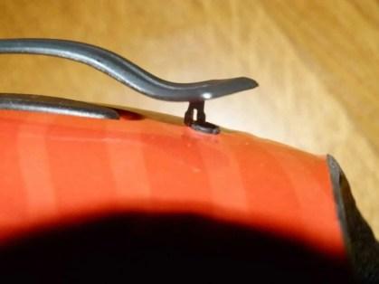 Helmhalterung kann bei unsachgemässer Handhabung kaputt gehen.