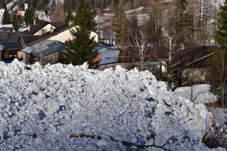 Glück für Le Peuty (Trient, VS): Eine Schneebrettlawine war am 21. Januar im Lawinenzug Orvé bis in den Talboden vorgestossen und hatte erst wenige Meter vor den Häusern Halt gemacht. 26.01.2018. Foto: J. L. Lugon