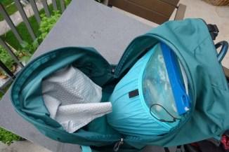 In das Innenfasch passt eine 2L Trinkblase. Die Öffnung für den Schlauch befindet sich in der Mitte zwischen den Schultergurten