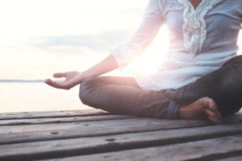 Bei der Autosuggestion gehen Meditierende auf eine Fantasiereise oder beeinflussen ihre Gedanken durch Affirmationen. fotolia.com © frankie's