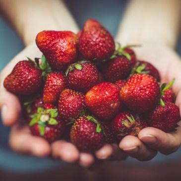 Warum dir bei Depressionen nicht nur Meditation helfen kann – sondern auch Erdbeeren