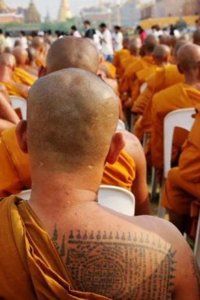 Monjes en Tailandia con tatuajes en la espalda.