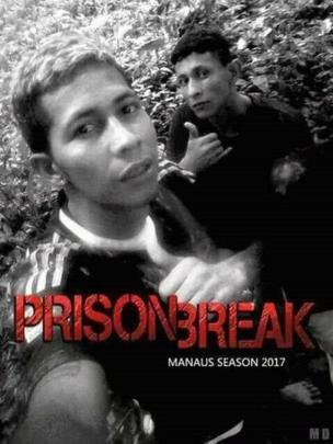 Selfie de Bremer y su compañero de fuga superpuesto sobre un afiche publicitario de la serie de TV Prison Break