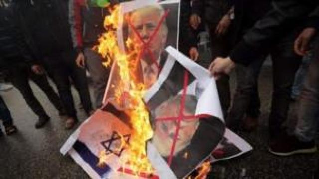 Falastiiniyiin caraysan oo gubay sawirrada Trump iyo Netanyahu