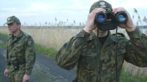 Polish border guards near Ukraine, 2004 file pic