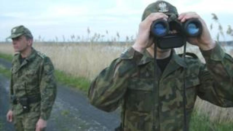 Polish border guards near Ukraine, 2004 file pic