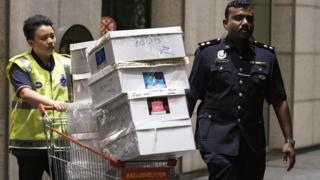 Police remove items from Najib Razak's residence in Kuala Lumpur, Malaysia (18 May 2018)