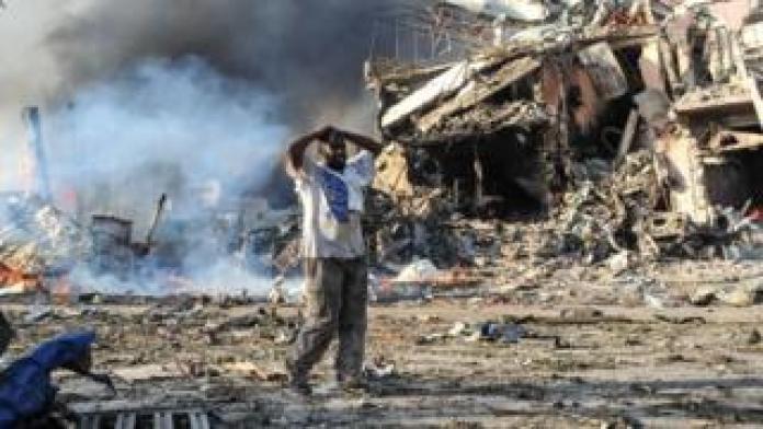 Un homme traumatisé après l'éclatement d'un véhicule piégé à Mogadiscio.