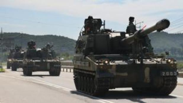 K-9 self-propelled howitzers are moved near the inter-Korean border in Paju, north of Seoul, South Korea, 29 August 2017