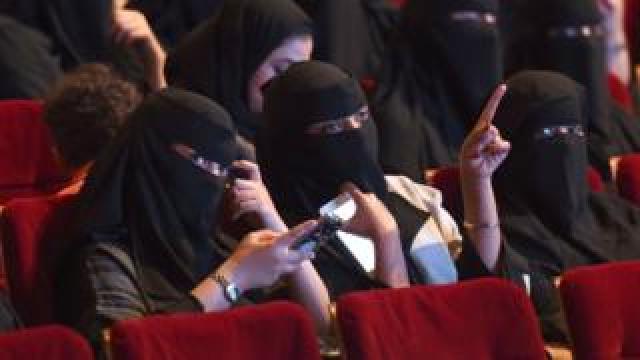2014 میں کیے گئے ایک سروے کے مطابق تقریباً دو تہائی سعودی انٹرنیٹ صارفین ہفتے کی ایک فلم آن لائن دیکھتے ہیں۔ دس میں سے نو سعودیوں کے پاس سمارٹ فون ہیں۔