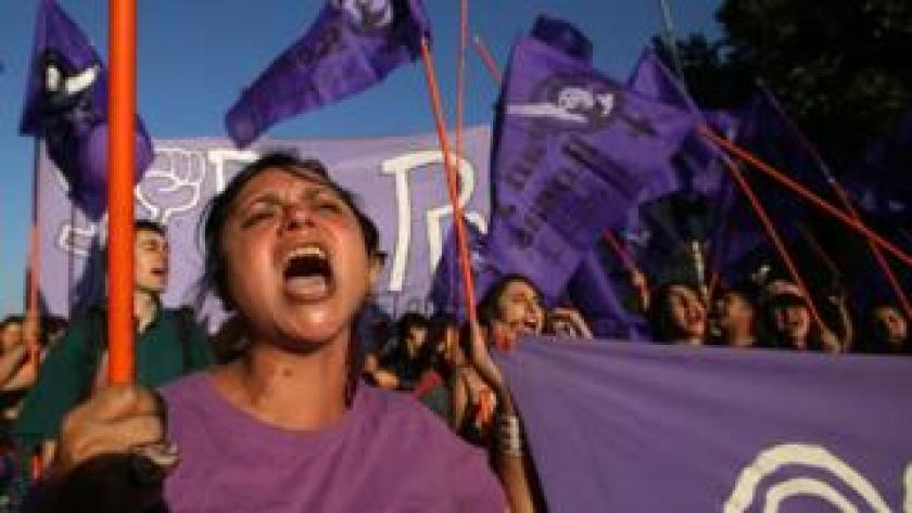 Una mujer grita durante una protesta de mujeres en Chile el año pasado.