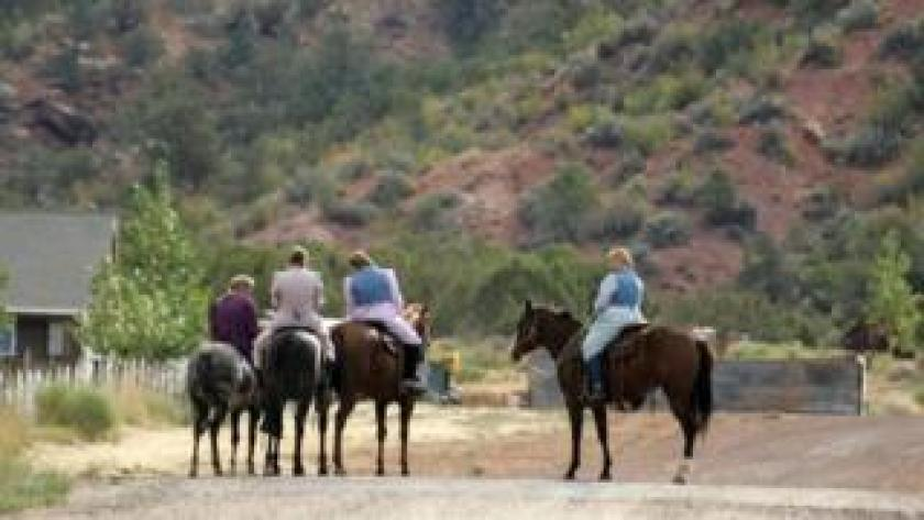 Muejres mormonas sobre caballos en Colorado City, Arizona.