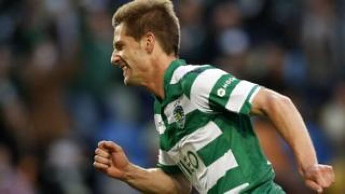 L'attaquant portugais Adrien Silva a officiellement rejoint Leicester, en provenance du Sporting Lisbonne.